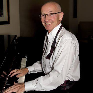 285063-Mark_at_the_grand_pianoblog2